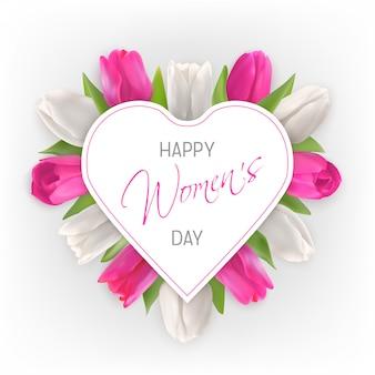 Carta del giorno delle donne. tulipani bianchi e rosa sotto la carta a forma di cuore su uno sfondo chiaro