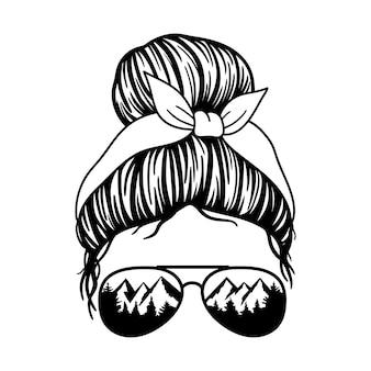 Donna con bandana con occhiali da aviatore e stampa mountain messy bun mom lifestyle