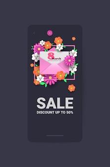 Volantino o biglietto di auguri banner vendita celebrazione festa festa della donna 8 marzo con busta e fiori illustrazione verticale