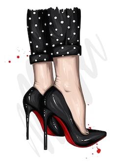 Piedi delle donne con i tacchi alti