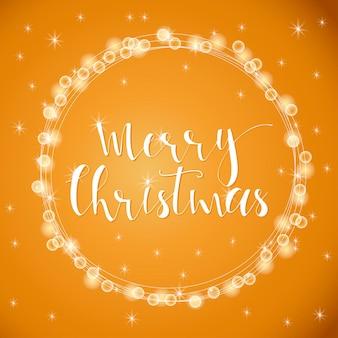 Meraviglioso e unico sfondo luminoso dorato festivo con auguri di natale per biglietti di auguri per le vacanze. iscrizione disegnata a mano con bokeh sfocato. elementi di design di capodanno.
