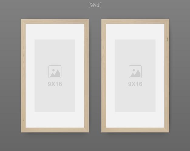 Cornice in legno o cornice per foto su sfondo grigio