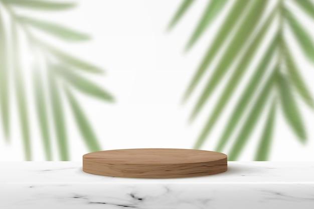 Podio di legno su una superficie di marmo. piedistallo cilindrico vuoto per dimostrazione del prodotto con foglie di palma sullo sfondo.