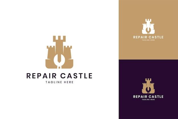 Design del logo dello spazio negativo del castello della chiave inglese