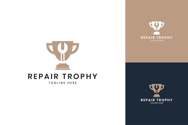 Design del logo dello spazio negativo del trofeo della chiave inglese