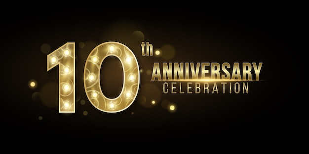 Copertina dell'anniversario degli anni realizzata con eleganti numeri dorati con lampade chic su uno sfondo scuro con luci bokeh astratte.