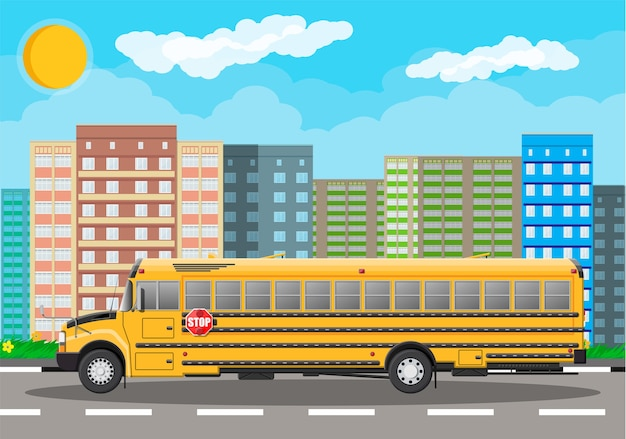 Scuolabus classico lungo giallo in città.