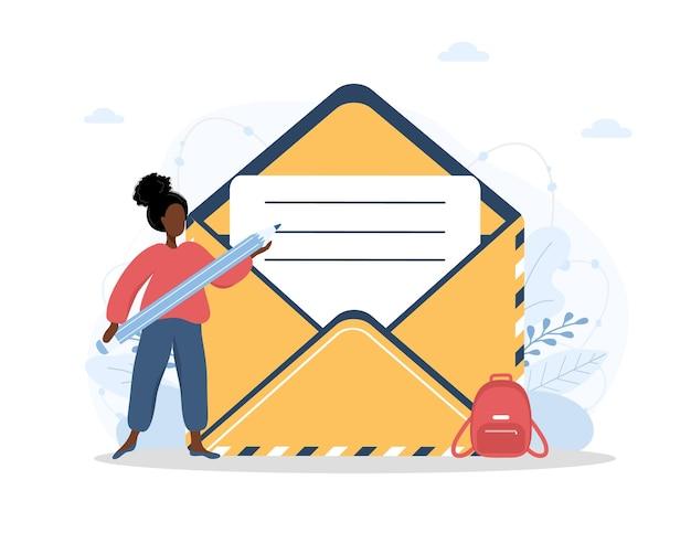 La giovane donna africana compila il modulo di feedback dei clienti online