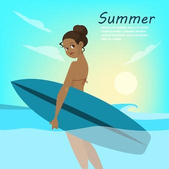 Surfista giovane bella ragazza con bordo sulla spiaggia estiva