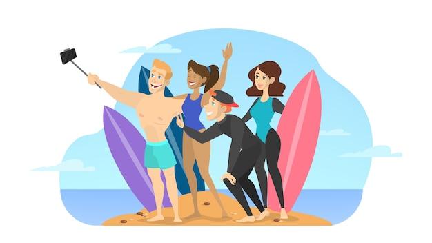 Giovani belle persone fanno selfie sulla spiaggia