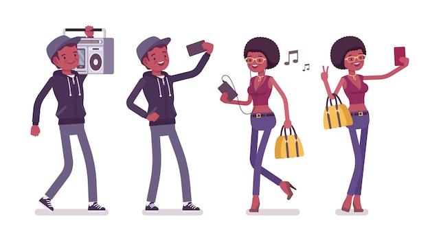 Giovane uomo e donna di colore con gadget