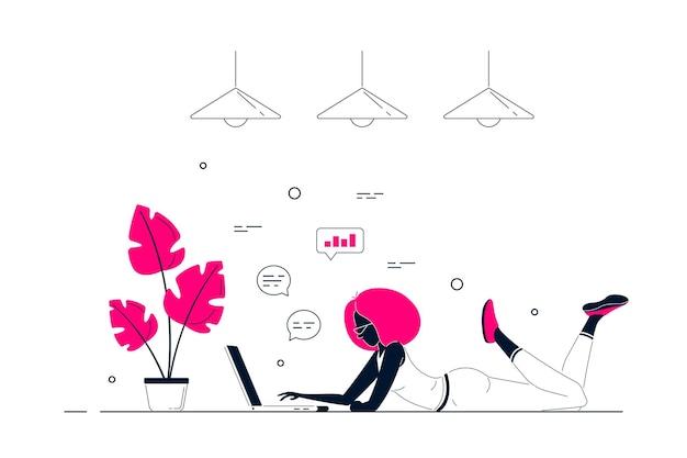Giovane donna nera a casa sdraiato sul pavimento e lavora al computer. lavoro a distanza, home office, concetto di autoisolamento. illustrazione di arte linea stile piatto.