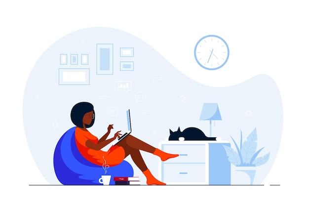 Giovane donna di colore a casa seduto in borsa sedia e lavorando al computer. lavoro a distanza, home office, concetto di autoisolamento. illustrazione di stile piatto.
