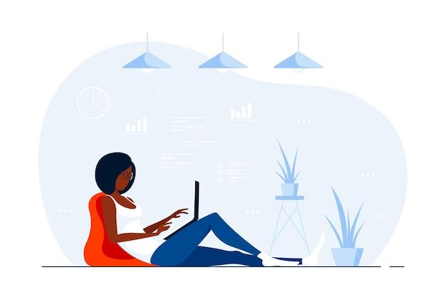 Giovane donna di colore a casa seduta sul pavimento e lavora al computer. lavoro a distanza, home office, concetto di autoisolamento. illustrazione di stile piatto.