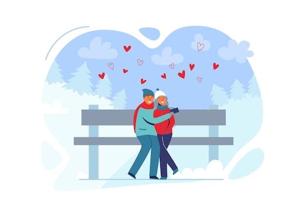 Giovani coppie nell'amore in abiti invernali sul paesaggio innevato. felice uomo e donna insieme nel parco con alberi di natale.