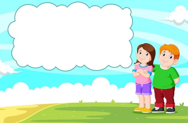 Giovani coppie che parlano con il discorso della bolla in bianco