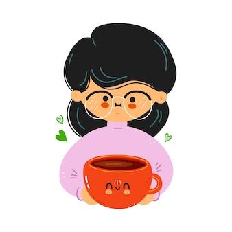 La giovane ragazza carina e divertente tiene in mano una tazza di caffè