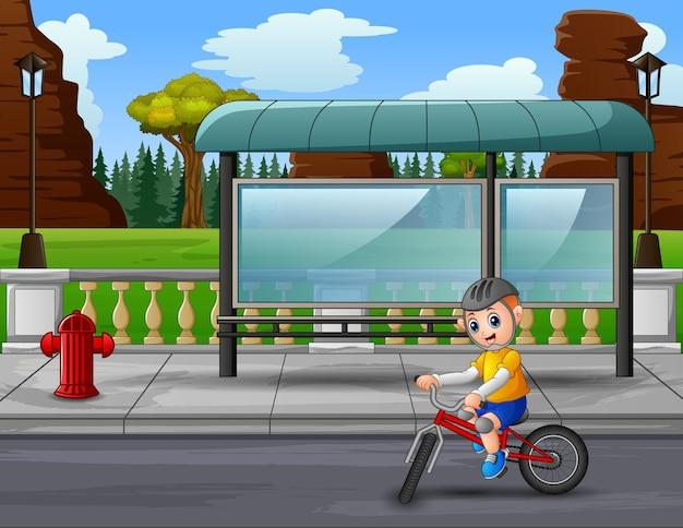 Un giovane in bicicletta in autostrada
