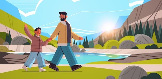 Giovane padre che cammina all'aperto con il figlio genitorialità paternità concetto papà trascorrere del tempo con il suo bambino natura scenica paesaggio sfondo illustrazione vettoriale orizzontale a figura intera