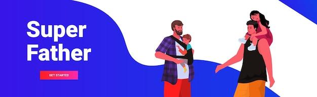 Giovani padri che camminano all'aperto con i bambini genitorialità paternità concetto ritratto orizzontale