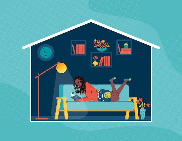 Una giovane ragazza è sdraiata sul divano e legge un libro vicino alla lampada da terra.