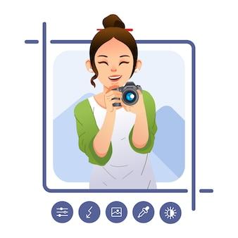 Posa della ragazza che tiene la fotocamera digitale e modifica dell'immagine nello smartphone con l'illustrazione dell'app. utilizzato per poster giornata mondiale della fotografia, immagine del sito web e altro