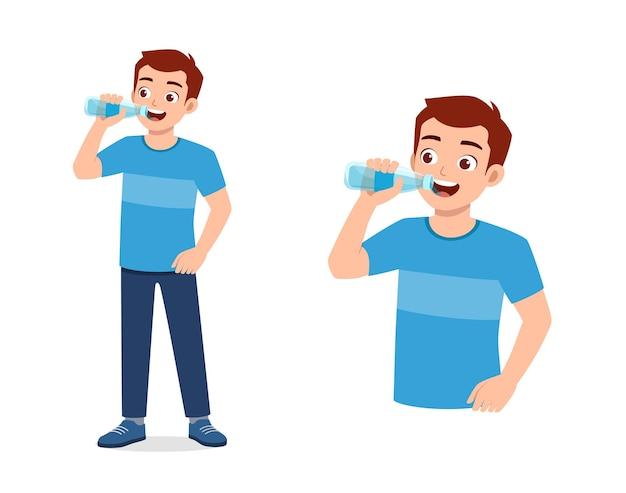Il giovane uomo di bell'aspetto beve l'acqua sulla bottiglia