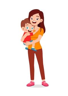 La giovane bella madre porta un bambino carino