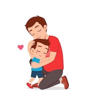 Il giovane padre felice abbraccia il ragazzino carino