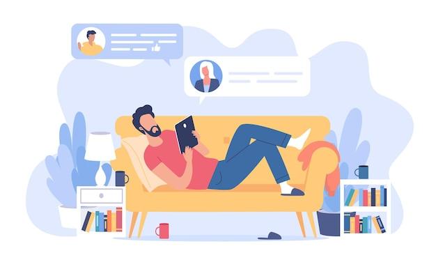 Giovane uomo sdraiato sul divano giallo e inviando alcuni messaggi