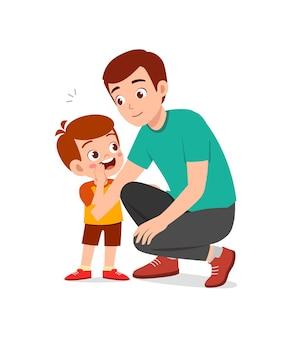 Il giovane sussurra il segreto al ragazzino carino