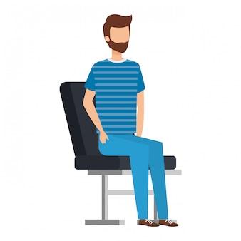 Giovane uomo con la barba che si siede nella sedia dell'aeroporto