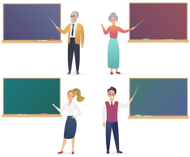 Giovane uomo, donna, senior insegnanti maschi e femmine vicino al set di lavagna. insegnante di colore sfumato alla moda isolato