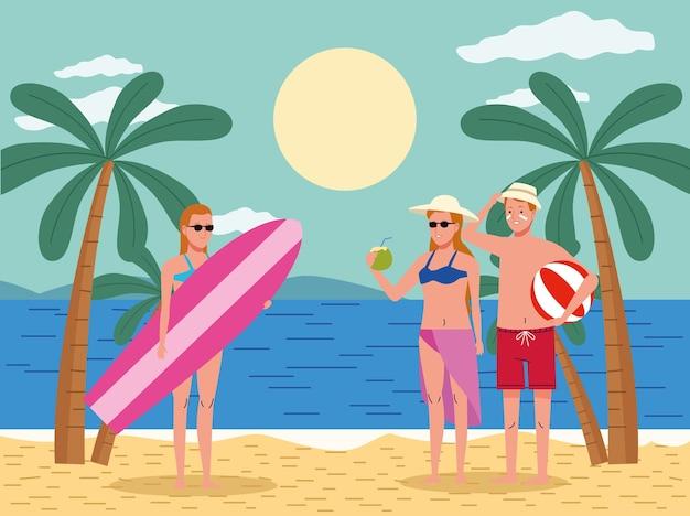 Giovani che indossano costumi da bagno sulla spiaggia