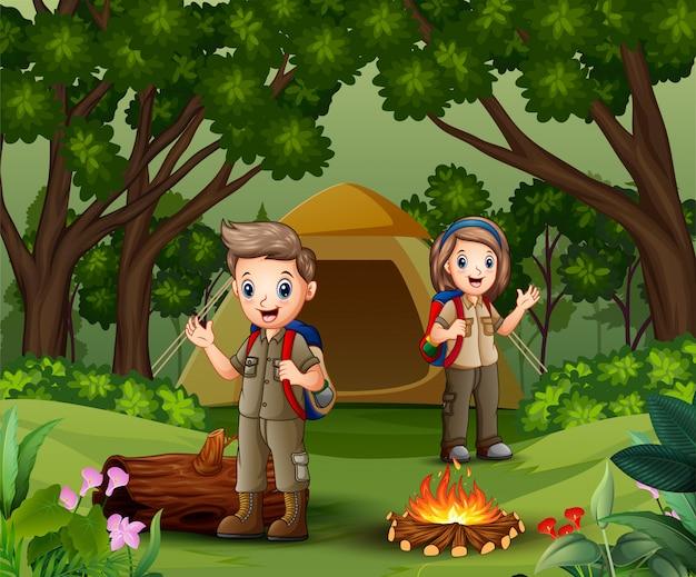 Giovane scout nella scena della zona campeggio Vettore Premium