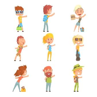Giovani turisti che indossano la comoda attrezzatura da viaggio in piedi con un cartello autostop, viaggiando con le illustrazioni dei cartoni animati di autostop