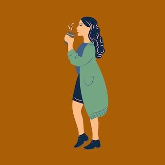 Giovane donna vestita in abiti casual che cammina e beve caffè dal bicchiere di carta. bella ragazza con bevanda calda isolata su sfondo marrone. illustrazione vettoriale colorato in stile cartone animato piatto.