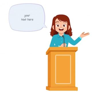 La giovane donna dà un buon discorso sul podio