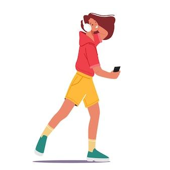 La giovane donna ascolta la musica sul lettore o sull'applicazione del telefono cellulare. personaggio femminile che indossa le cuffie balla e si rilassa