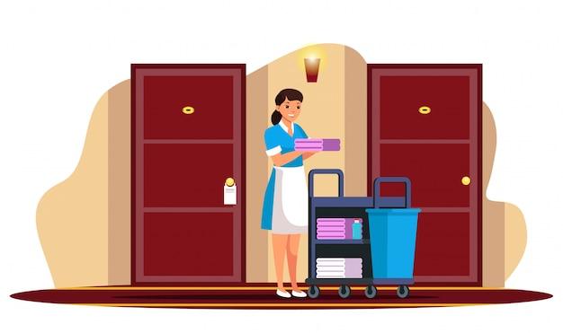 Giovane donna cameriera personale dell'hotel in corridoio