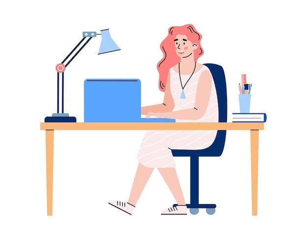 Giovane donna membro del team di mischia che lavora al computer portatile alla scrivania dell'ufficio