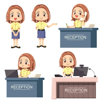L'addetto alla reception della giovane donna sta alla reception nella posa di differenza del personaggio dei cartoni animati con il viaggio