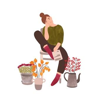 Giovane donna con l'illustrazione piana di vettore dei fiori. personaggio dei cartoni animati femminile fiorista. signora sorridente e bellissimi fiori, ilex, physalis isolati su sfondo bianco. vendita piante naturali, floristica.