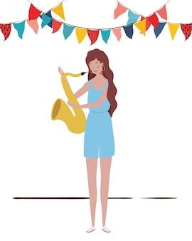 Giovane donna con sassofono