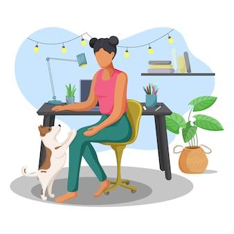 Giovane donna che lavora a casa con il suo cane carino.