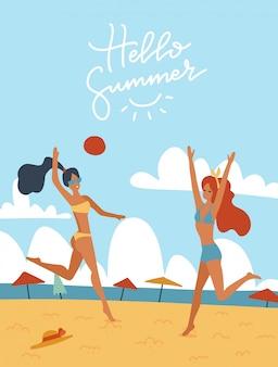 Giovani donne che giocano insieme a pallavolo sull'illustrazione della spiaggia. ragazze felici in attività all'aperto bikini. illustrazione di cartone animato piatto con lettering ciao estate