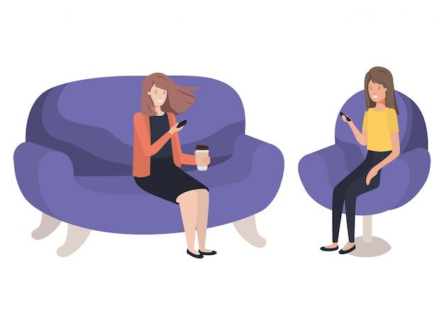 Giovani donne che si siedono sul personaggio avatar divano