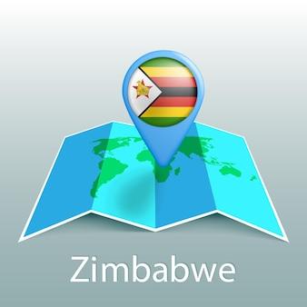 Mappa del mondo di bandiera dello zimbabwe nel perno con il nome del paese su sfondo grigio