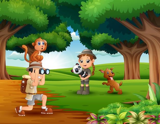 Zookeeper ragazzo e ragazza con animali nella giungla