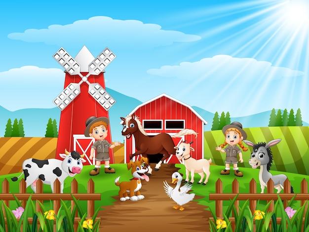 Zookeepers tiene gli animali davanti alla gabbia in fattoria